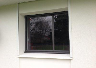 Fenêtre 1 vantail avec oscillo-battant en aluminium gris extérieur et blanc intérieur