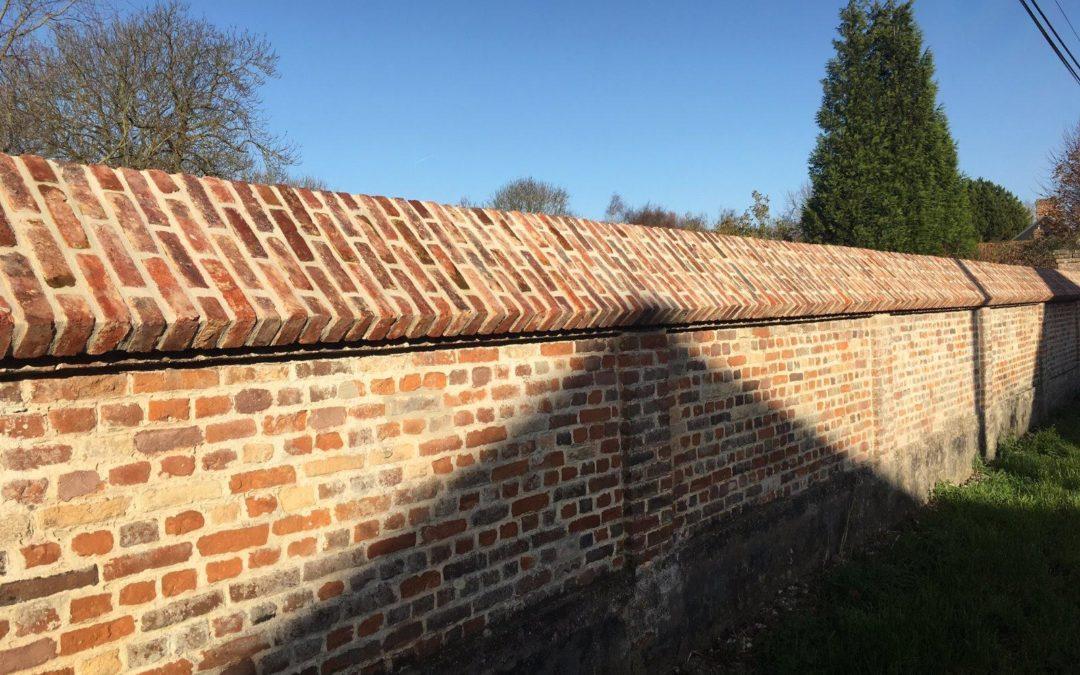 Réfection dessus de mur en briques de récupération avec joints gris clair – FAVIERES (80)