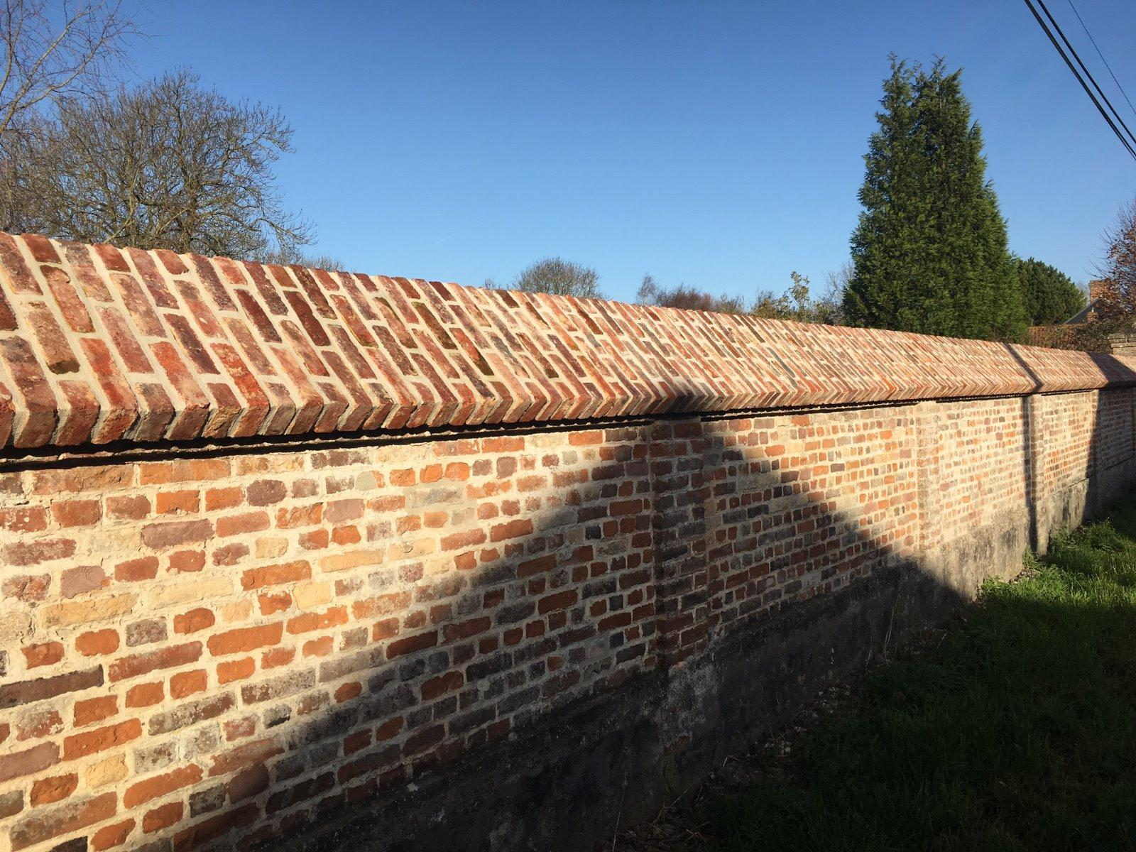 Réfection dessus de mur en briques de récupération avec joints gris clair - RUE (80)