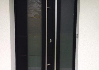 Porte d'entrée en composite noir de chez MID, barre de tirage inox, triple vitrage, à Bernay-en-Ponthieu