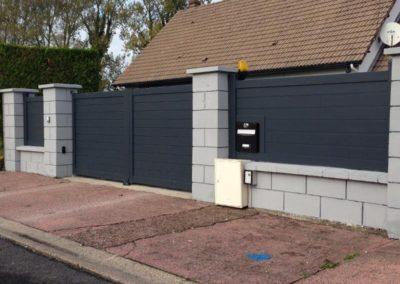 Portail et clôture assortie en aluminium avec intégration de boite aux lettres – RUE – 80