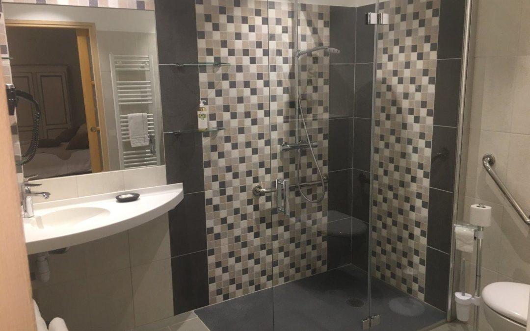 Salle de bain PMR dans un hôtel à Saint-Valéry-sur-Somme