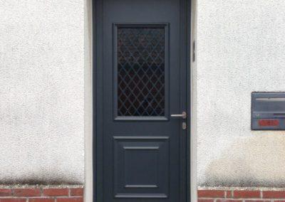 Porte d'entrée en aluminium gris RAL 7016 avec grille déco – RUE – 80