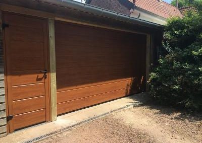 Porte de garage sectionnelle motorisée avec porte de service assortie  – RUE – 80