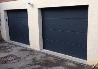 Portes de garage sectionnelles motorisées a panneau lisse gris anthracite avec clavier à code – RUE – 80