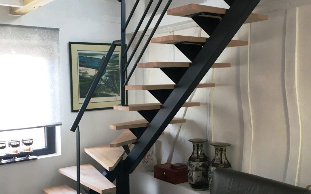 Escalier à limon central en métal avec marches en hêtre – Ponthoile – 80