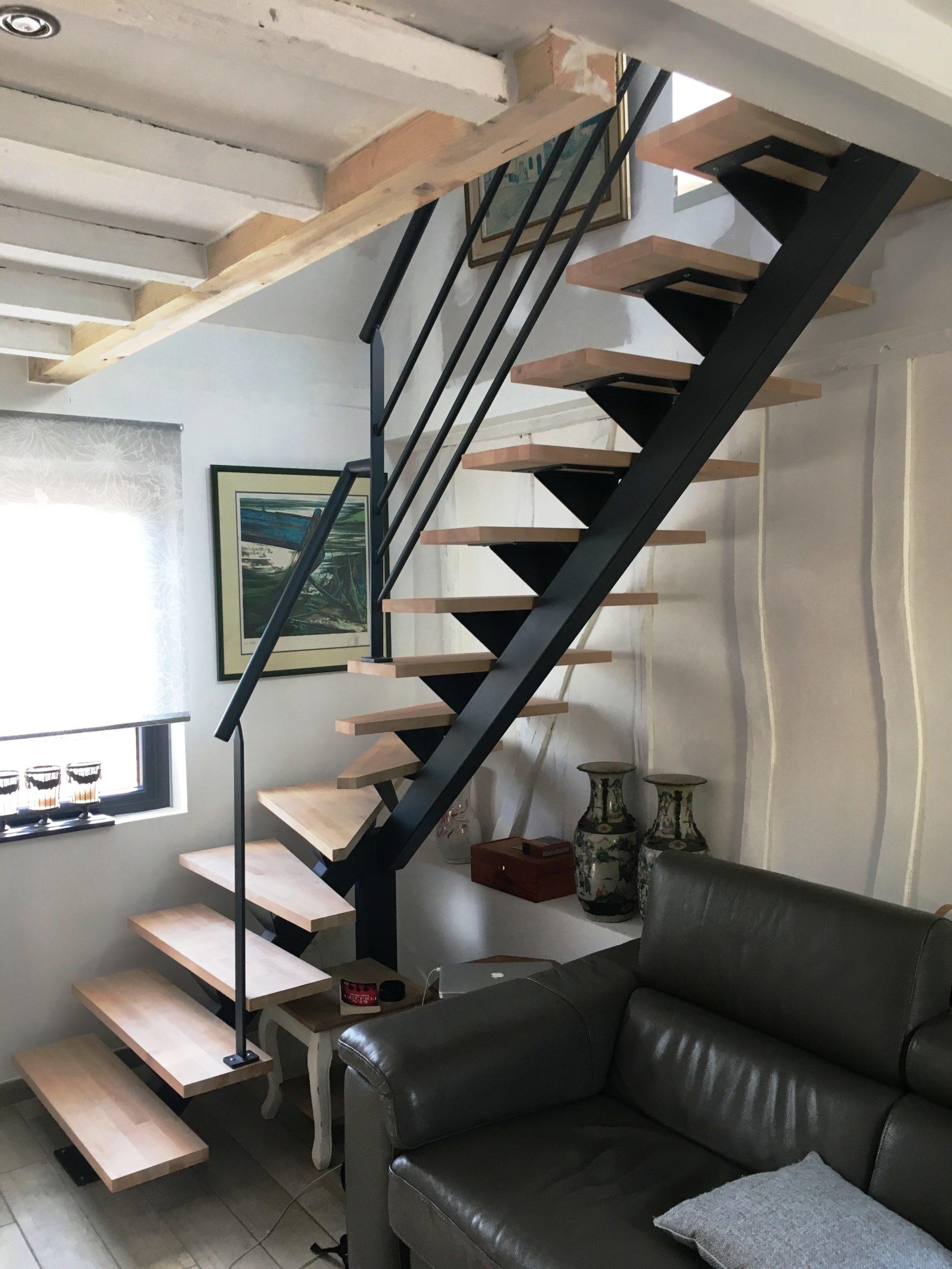Escalier à limon central en métal avec marches en hêtre