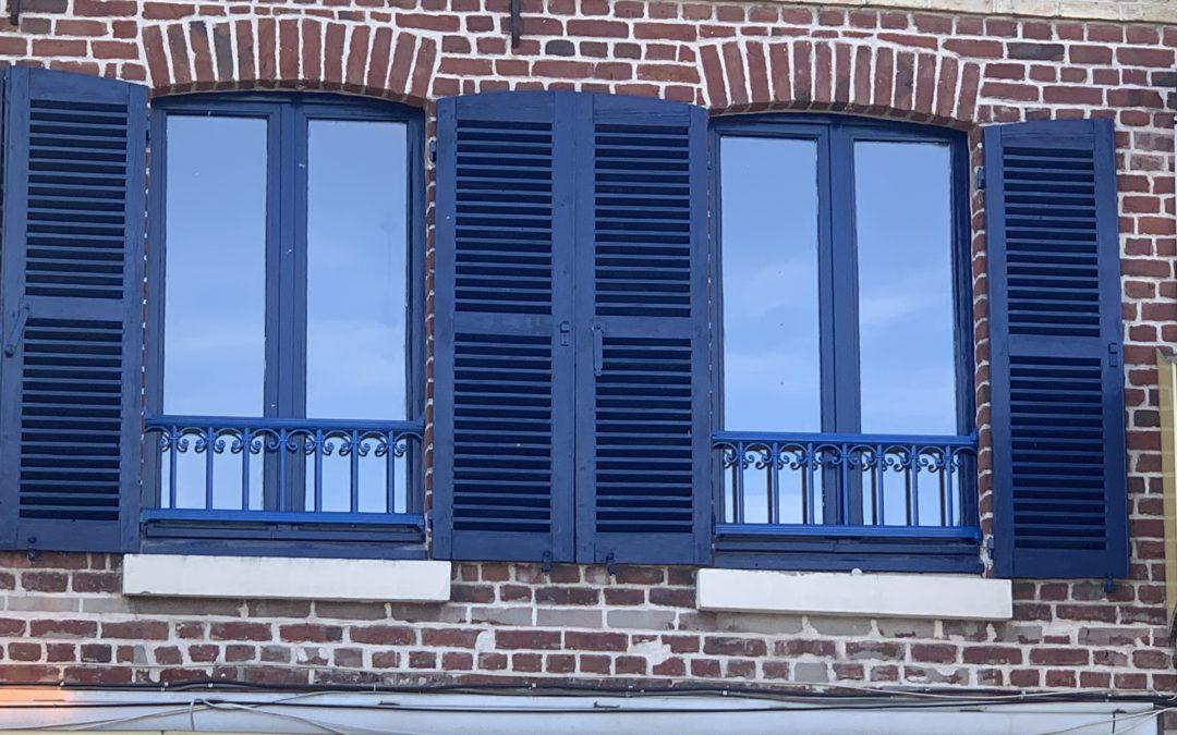 Garde corps aluminium, couleur assortie aux fenêtres et volets existants – RUE – 80