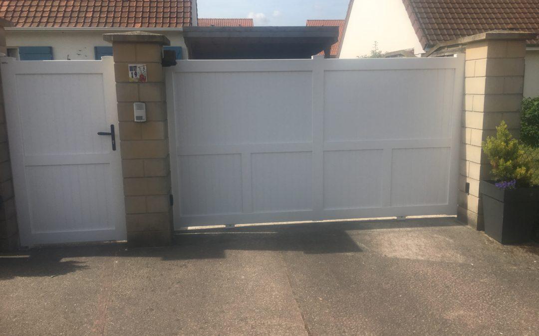 Portail coulissant en PVC et portillon battant assorti- Le Crotoy-80
