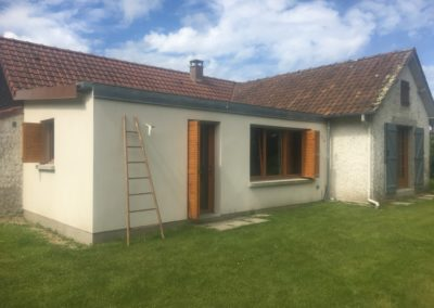 Extension en maçonnerie, avec menuiseries extérieures en bois et volets bois coulissants – RUE – 80