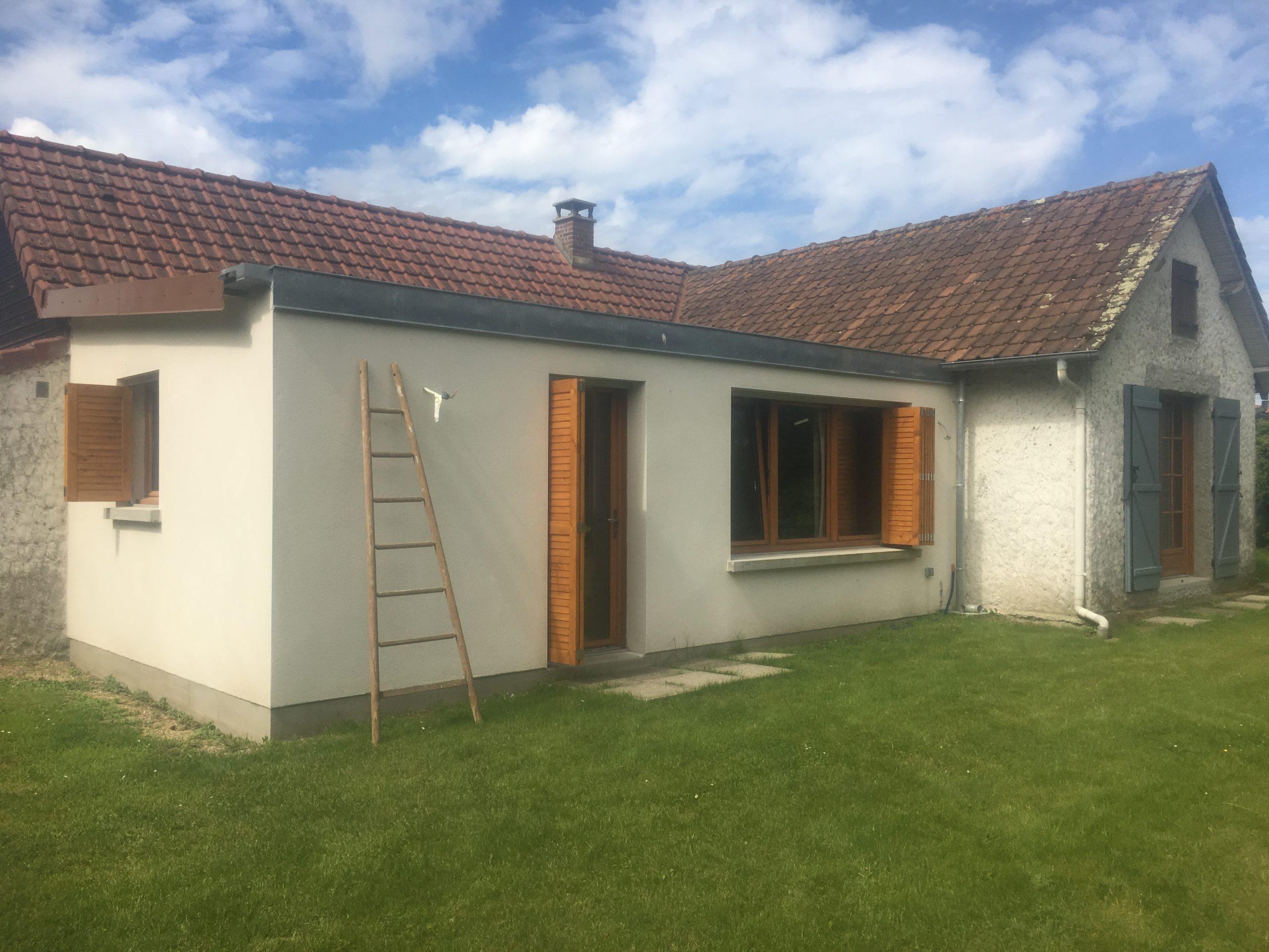 Extension en maçonnerie, avec menuiseries extérieures en bois et volets bois coulissants - RUE - 80