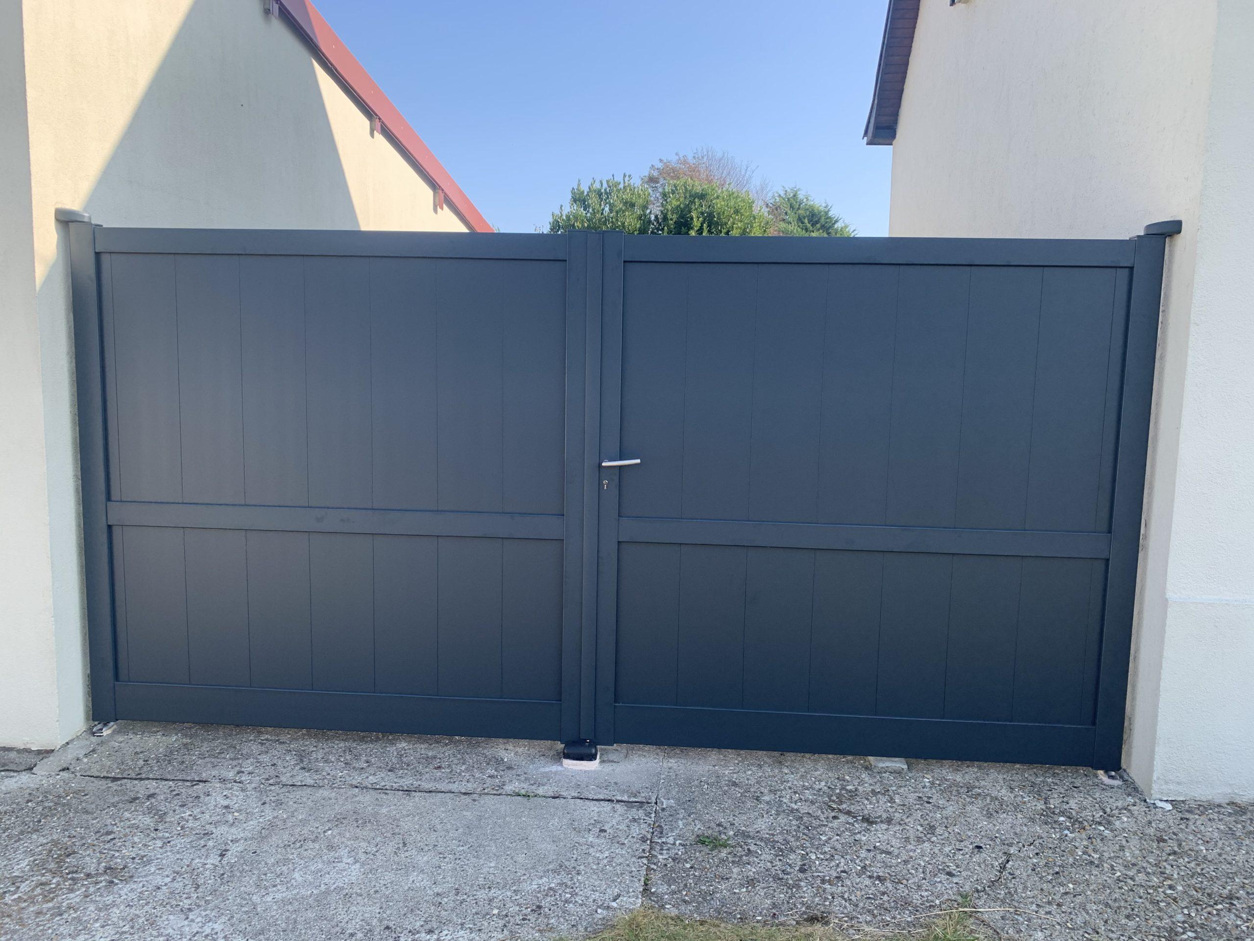 Portail plein en aluminium, pose entre murs -Le CROTOY-80
