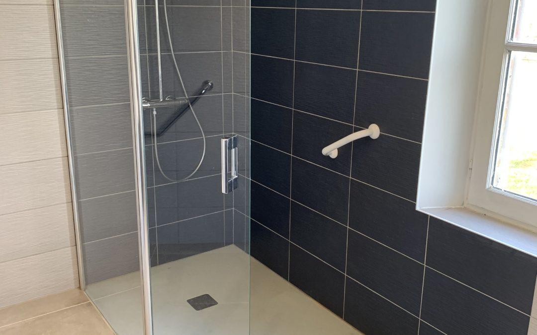 Douche et WC PMR, en partenariat avec un plombier local qualifié – RUE – 80